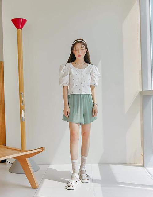 Ngoài màu đơn sắc, các bạn gái chuộng váy áo điệu đà có thể chọn thêm trang phục hoa để làm mới tủ đồ mùa hè.
