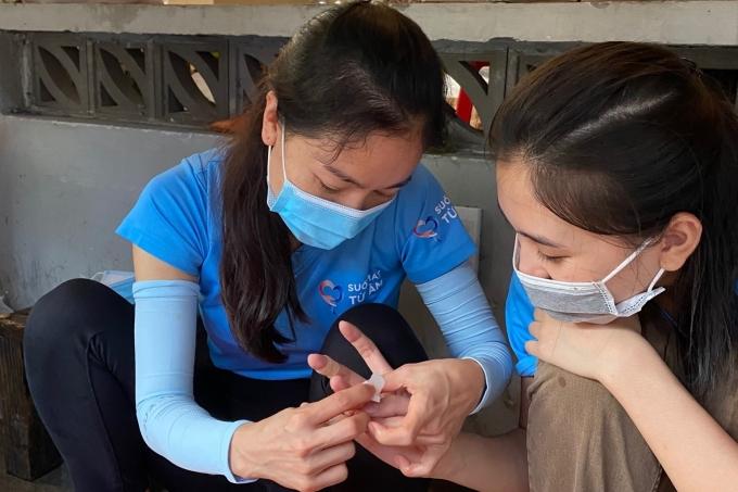 Bà trùm hoa hậu Phạm Kim Dung giúp băng vết thương cho Tiểu Vy.