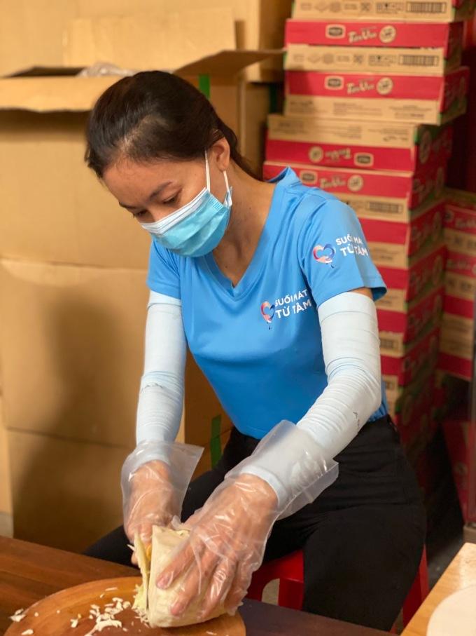 Chị Phạm Kim Dung - Trưởng BTC Hoa hậu Thế giới Việt Nam - cho biết số lượng cơm mỗi ngày được giao đến