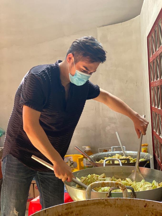 MC Trí Thuận vào tận bếp nấu nướng.