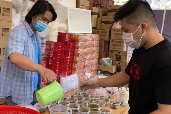 Đạo diện Hoàng Nhật Nam (trái) hy vọng có thể chung tay giúp đỡ người dân Sài Gòn có hoàn cảnh khó khăn.