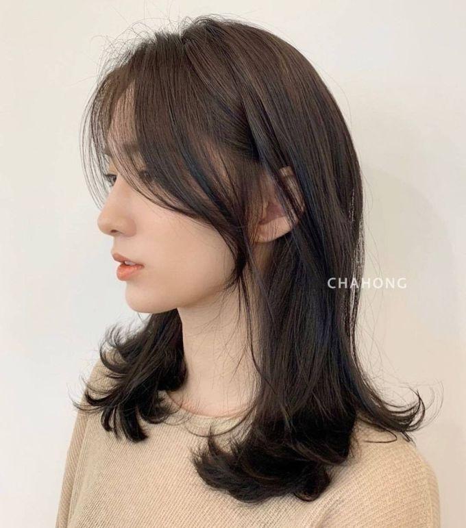 Tóc mái dài giúp diện mạo trông thon gọn, thanh thoát.