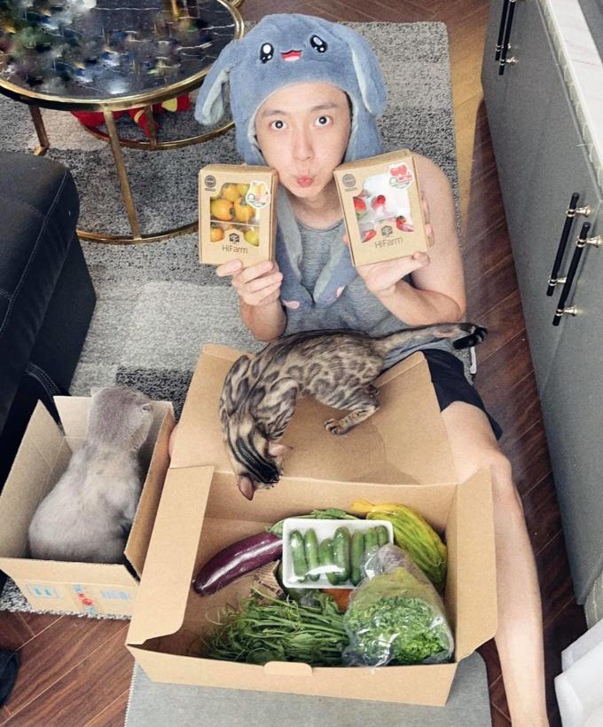Ngô Kiến Huy cũng được bạn bè gửi tặng thực phẩm.