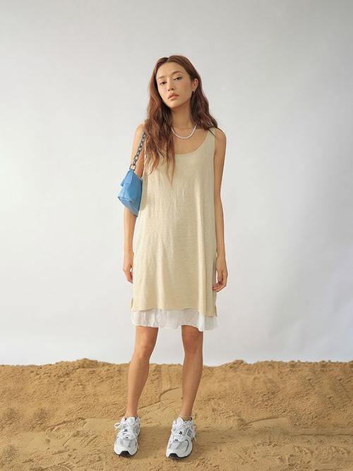 Mẫu váy đơn giản nhưng dễ sử dụng trong nhiều bối cảnh như đi mua sắm, thư giãn ở nhà, vào bếp và thậm chí có thể sử dụng làm váy ngủ.
