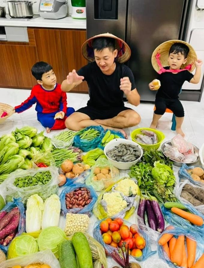 Gia đình Hải Băng - Thành Đạt được nhà ngoại tiếp tế đầy đủ rau củ, tôm thịt... Thực phẩm được chia thành từng bao riêng giúp tiện vận chuyển, bảo quản.