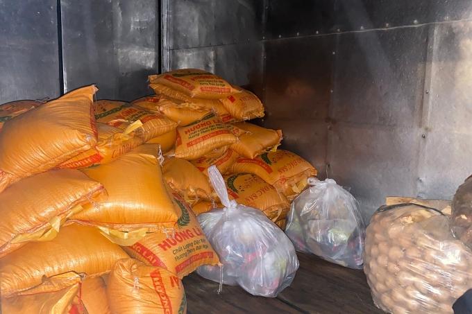 Êkíp chuẩn bị 1 tấn gạo cùng 170 phần quà gồm mì, trứng, rau củ,... để trao tặng.