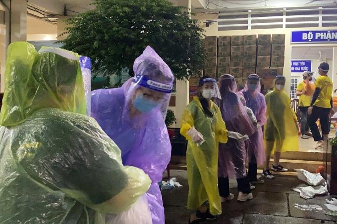 Tuân thủ quy định mùa dịch, mỗi người đều trang bị khẩu trang, kính chắn giọt bắn, bao tay và áo mưa. Mặc cho trời Sài Gòn chiều qua mưa tầm tã, các thành viên bất chấp khó khăn, đội mưa đi đến tận vùng cách ly y tế.