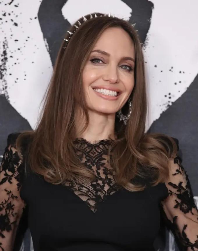 Dù chăm sóc da tối giản đến mấy Angelina cũng không quên bước chống nắng, bảo vệ da khỏi tác hại của tia UV.