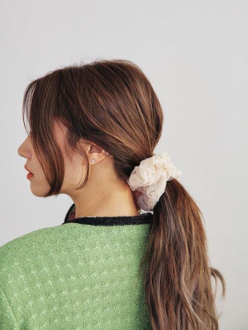 Chun buộc tóc là món đồ giúp phái đẹp giải quyết vấn đề tóc tai luộm thuộm một cách đơn giản nhất.