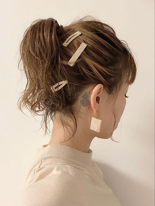Song song với các mẫu kẹp theo phong cách tối giản là các mốt kẹp tóc ngọc trai, đính kết bắt mắt.