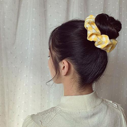 Chung vải buộc tóc được thể hiện trên nhiều chất liệu như cotton, voan bóng kính và các hoạ tiết ca rô, hoa nhí.