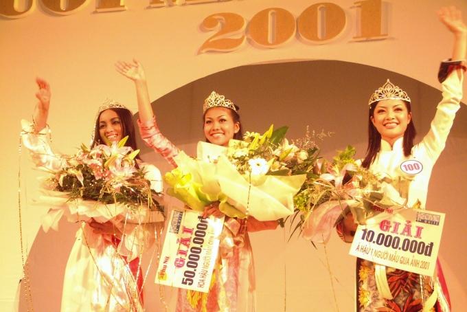 Thanh Hằng chia sẻ niềm vui đăng quang bên cạnh á hậu 1 Hoàng Cúc (phải) và á hậu 2 Phương Liên (trái).