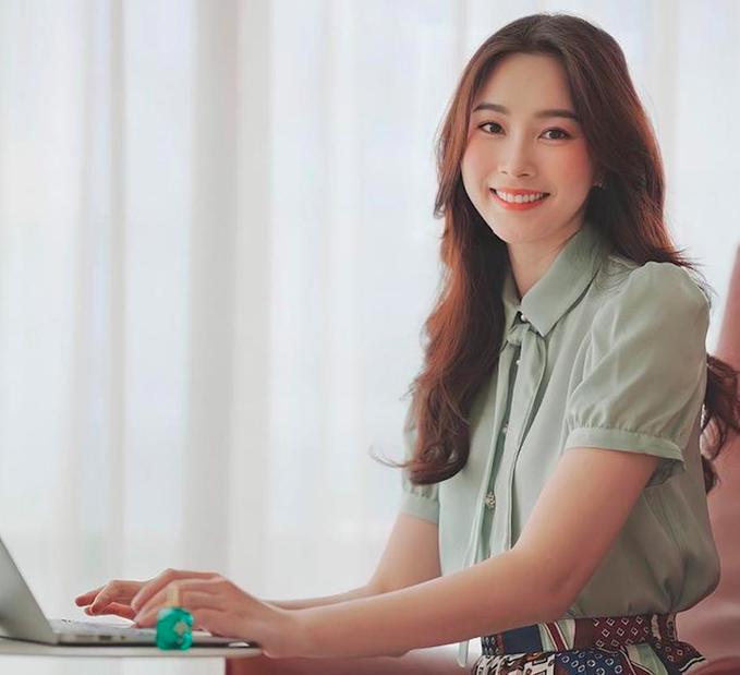 Hoa hậu Đặng Thu Thảo được ngợi khen nhan sắc lên hương trong những ngày work from home.