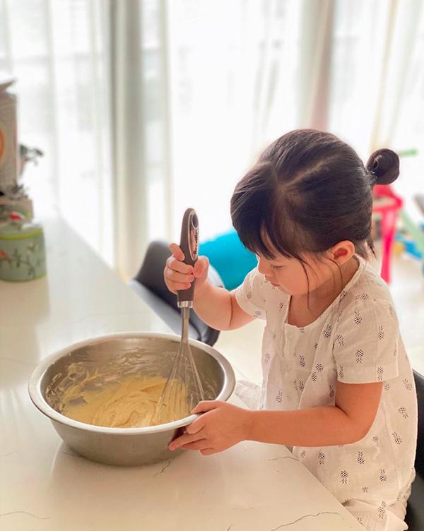 Bé Sophie nhà Thu Thảo phụ mẹ làm bánh.
