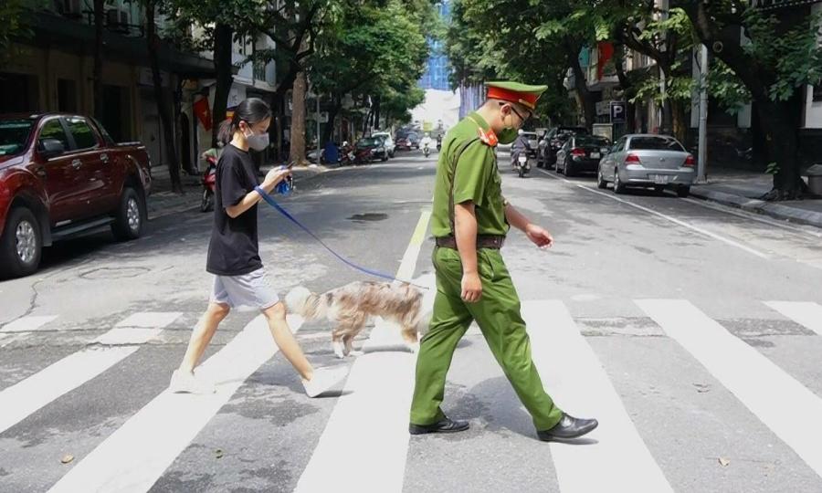 Dắt chó đi dạo trong ngày đầu giãn cách, cô gái bị phạt 2 triệu đồng
