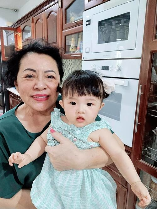 Bé Winnie - con gái nhà Ông Cao Thắng - bên bà nội. Ngắm nhìn mẹ chồng và con gái, Đông Nhi nhận xét: Ngôi nhà có tận 2 chiếc máy in. Mẹ Ngọc (tên thật của Đông Nhi) được làm bình mực. Bé Winnie được nhận xét là bản sao của bố và bà nội.