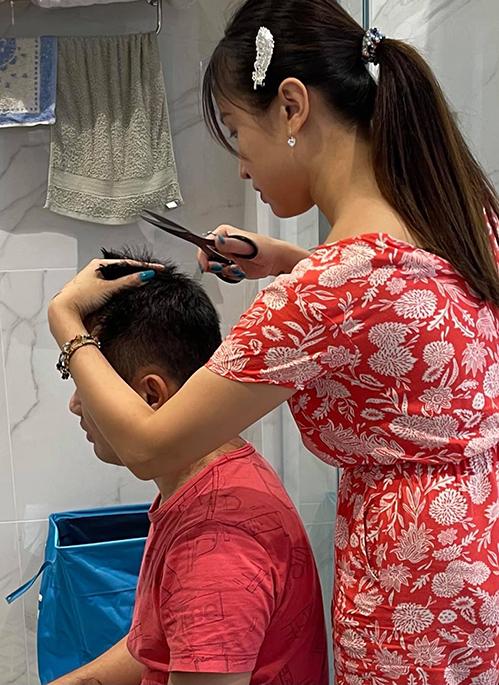 Thanh Vân Hugo trổ tài cắt tóc cho chồng khi ở nhà thời dịch.