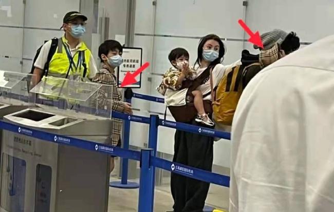 Trương Bá Chi và hai con ở sân bay hôm cuối tuần.