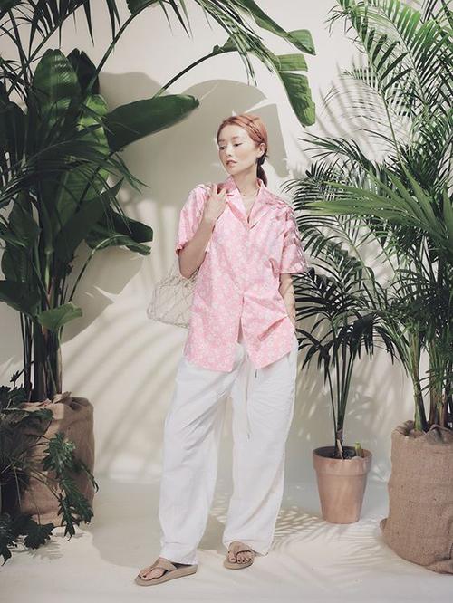 Diện sơ mi hồng cùng trang phục trắng là công thức phối đồ được nhiều sao Việt áp dụng ở mùa này. Bên cạnh áo đơn sắc, phái đẹp có thể chọn thêm các kiểu hoạ tiết hoa lá nhẹ nhàng để tạo nên điểm nhấn riêng cho phong cách cá nhân.