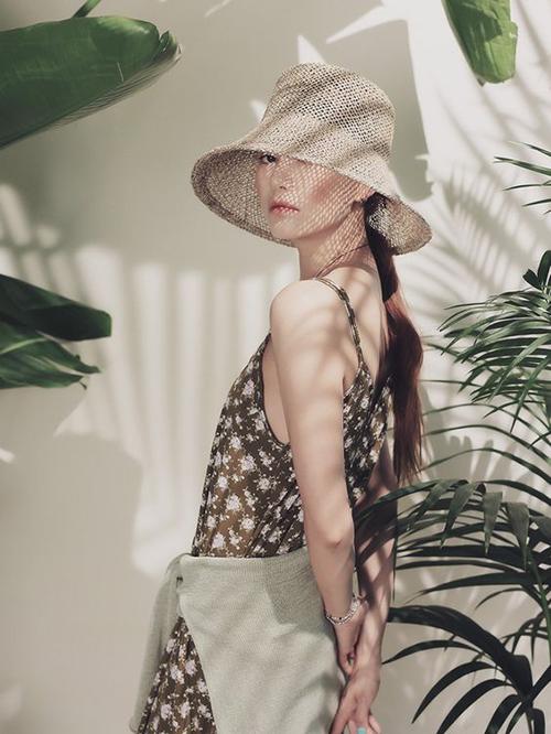 Những chiếc đầm hai dây, phom rộng rãi vốn không quá xa lạ với phái đẹp. Trang phục phổ biến này được ưa chuộng hơn vào mùa nắng vì nó giúp người mặc phần nào giải toả được cảm giác bí bách.