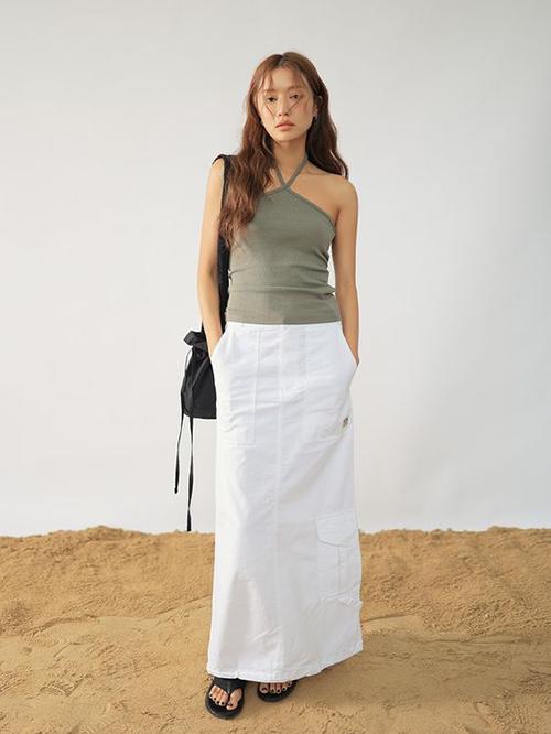 Áo thun ôm giúp người mặc khoe vai gầy, eo thon có thể phối cùng chân váy chữ A, chân váy maxi, quần short vải thô.