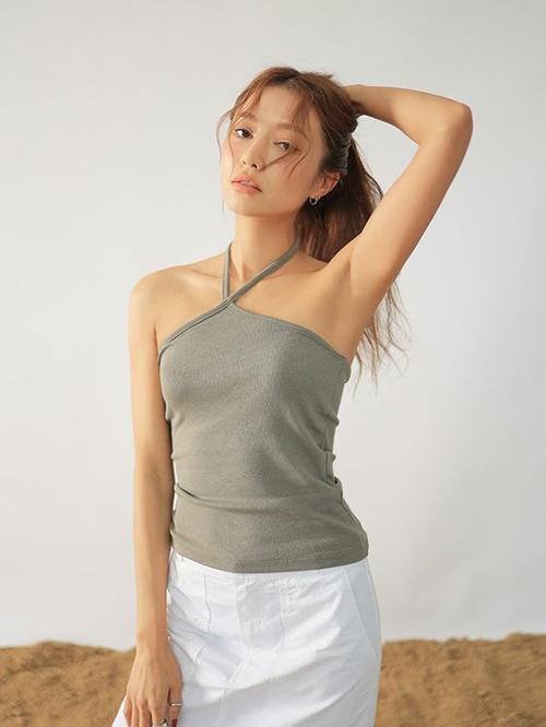 Ngoài mẫu áo ba lỗ khoe body khoẻ khoắn, áo thun dáng cổ yếm cũng được nhiều fashionista Hàn Quốc lăng xê ở mùa hè 2021.