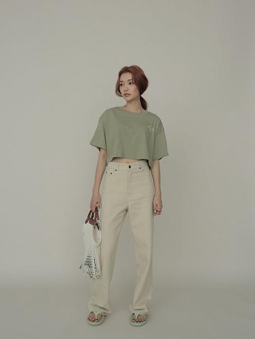 Set đồ cho bạn gái chuộng trang phục đơn giản nhưng vẫn thể hiện được vẻ cá tính và hợp trend mùa hè.