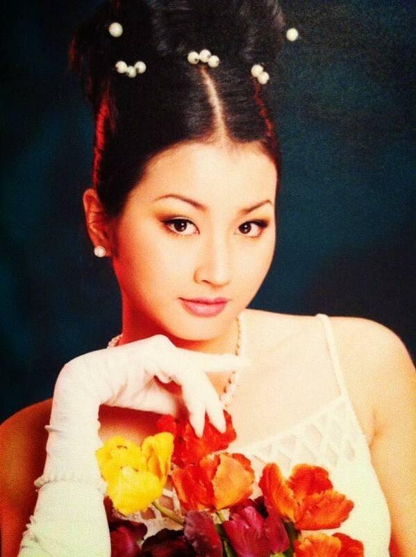 Với gương mặt đẹp, cuốn hút, Uyển Nhi trở thành gương mặt trang bìa của rất nhiều tạp chí, báo giấy thời điểm 1999-2000.