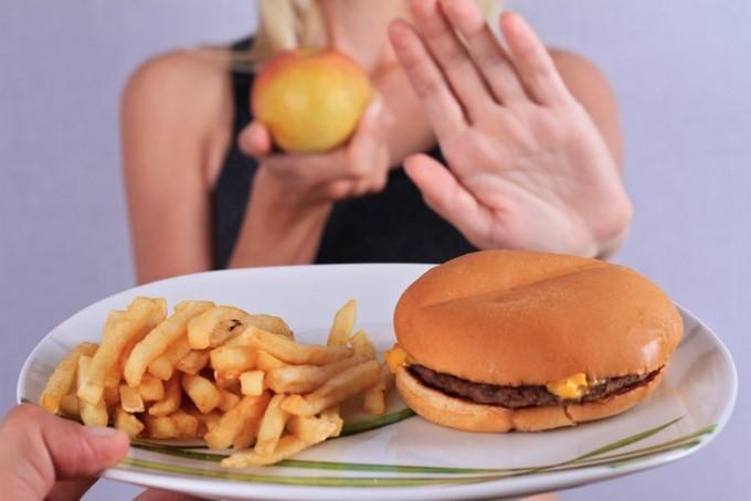 Nên tránh xa các loại đồ ăn nhanh.