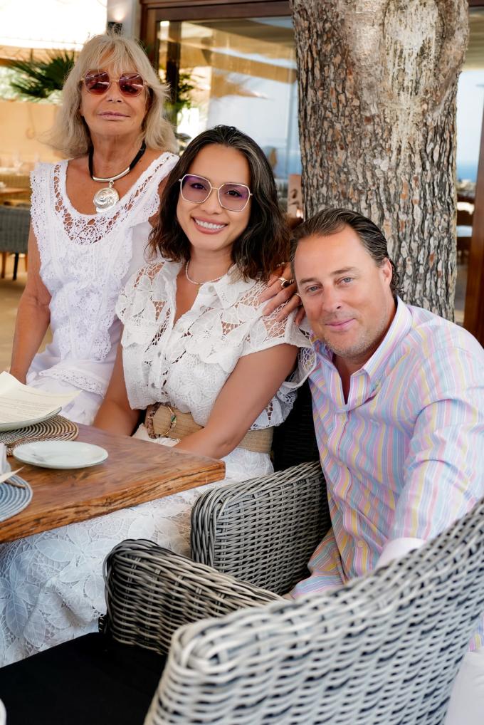 Ngọc Khánh hạnh phúc bên ông xã Attila Woodward và mẹ chồng. Dịp này, vợ chồng cô về thăm mẹ đang sinh sống tại một hòn đảo ở Tây Ban Nha.