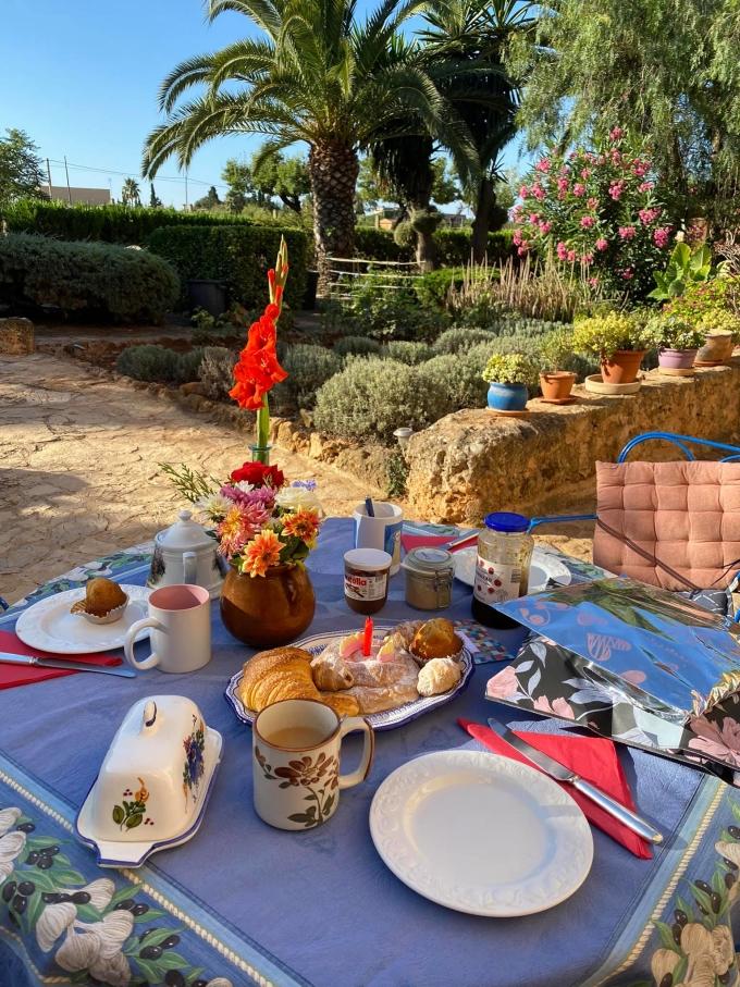 Trước đó, anh Attila chuẩn bị một bữa tiệc bánh ngọt và trà ấm cúng tại nhà để bí mật mừng sinh nhật vợ.