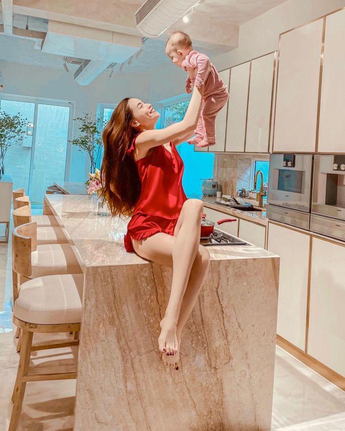 Sau khi đầu tư cho căn bếp, cặp đôi Hồ Ngọc Hà - Kim Lý dành nhiều thời gian ở không gian này, từ sáng tới tối, để nấu những món ăn ngập tràn yêu thương cho cả gia đình. Hai người thay nhau vào bếp, lúc thì Kim Lý trổ tài, khi là Hồ Ngọc Hà thử nghiệm nấu món mới.