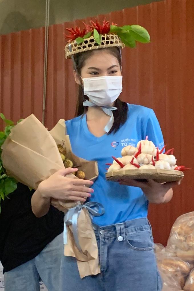 Á hậu Ngọc Thảo được mừng sinh nhật bằng tỏi, rau xanh