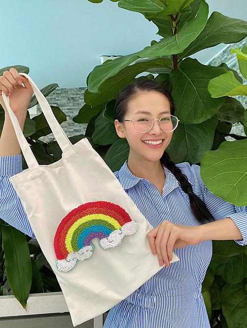 Túi tote bằng vải bố thân thiện môi trường được Phương Khánh trang trí hoạ tiết thêu cầu vồng lục sắc để ủng hộ cộng đồng LGBT.