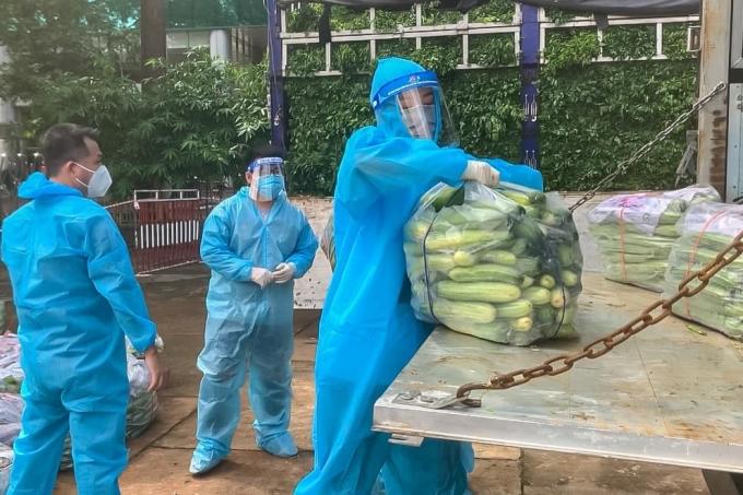 Á hậu Kim Duyên không ngần ngại vất vả bưng bê các túi rau củ xuống xe để tập kết.