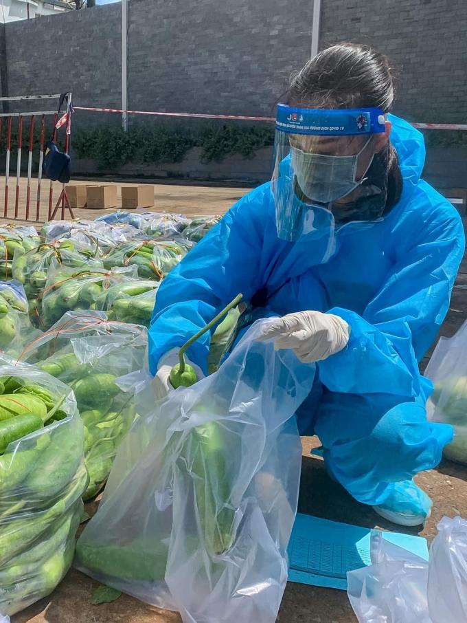 Kim Duyên cẩn thận sắp xếp rau củ vào từng túi để tránh hư hỏng trong quá trình vận chuyển.