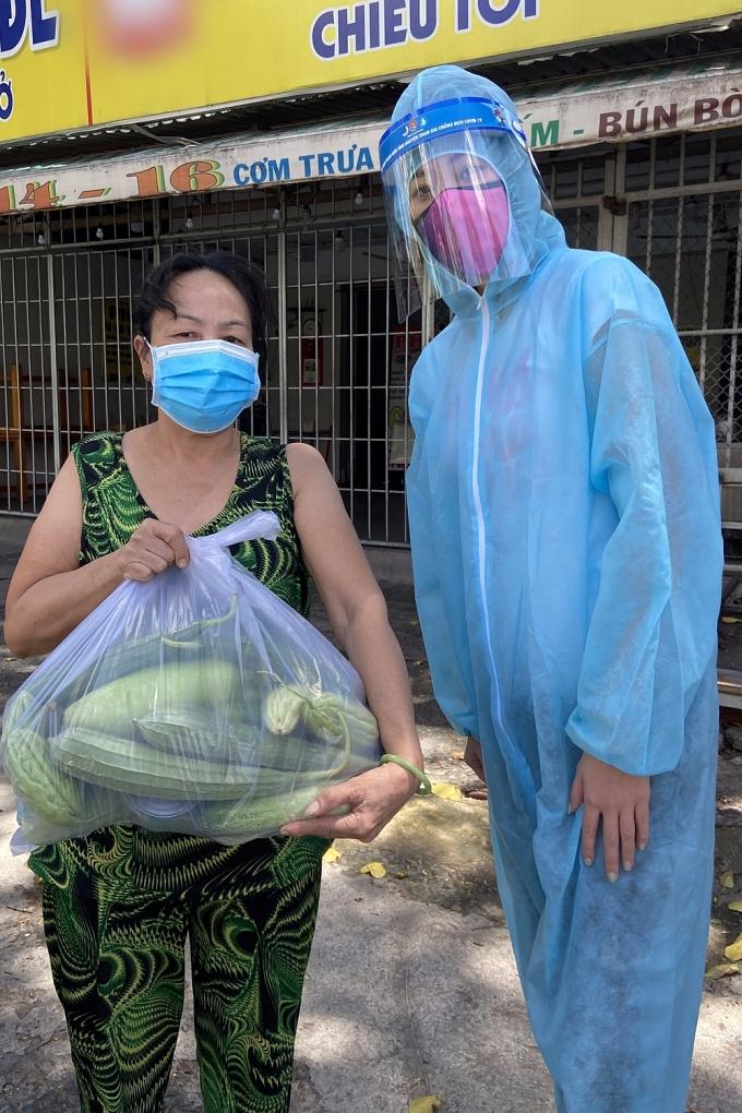 Tổng cộng có 6000 phẩn quà và được chuyển đến hơn 320 điểm thuộc 20 quận huyện và TP Thủ Đức. Khánh Vân tận tay trao các túi rau quả cho bà con.