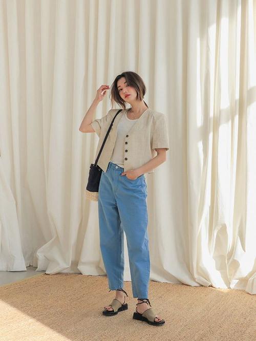 Vẫn là những mẫu trang phục được ưa chuộng vào mùa nắng, nhưng phái đẹp có thể giúp nó tạo nên sự đồng điệu với tiết trời bằng cách phối áo khoác tay ngắn, dáng lửng.