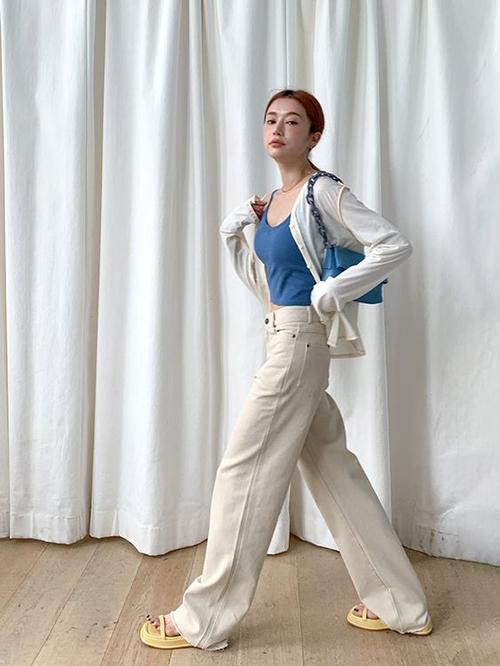 Những mẫu áo khoác vải da tổng hợp, áo cardigan dệt kim thường được mix cùng áo hai dây, áo crop-top để tạo nên set đồ đồng điệu với xu hướng mùa mới.