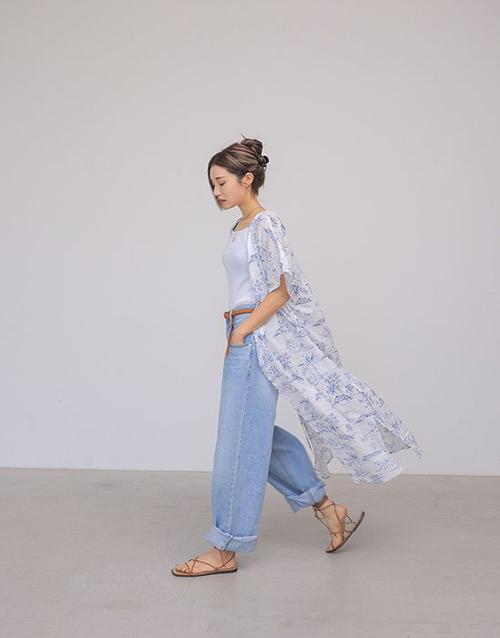 Áo choàng hoạ tiết thiết kế trên chất liệu chiffon tạo sự bay bổng, nhẹ nhàng nhưng vẫn mang tới sự năng động khi mix cùng áo thun - quần jeans.