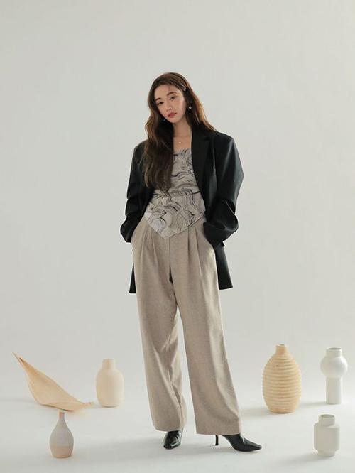 Áo blazer dáng rộng, may một lớp thoáng mát có thể mix cùng áo quây, áo cổ yếm để mang lại sự cá tính nhưng vẫn trang nhã cho phái đẹp.