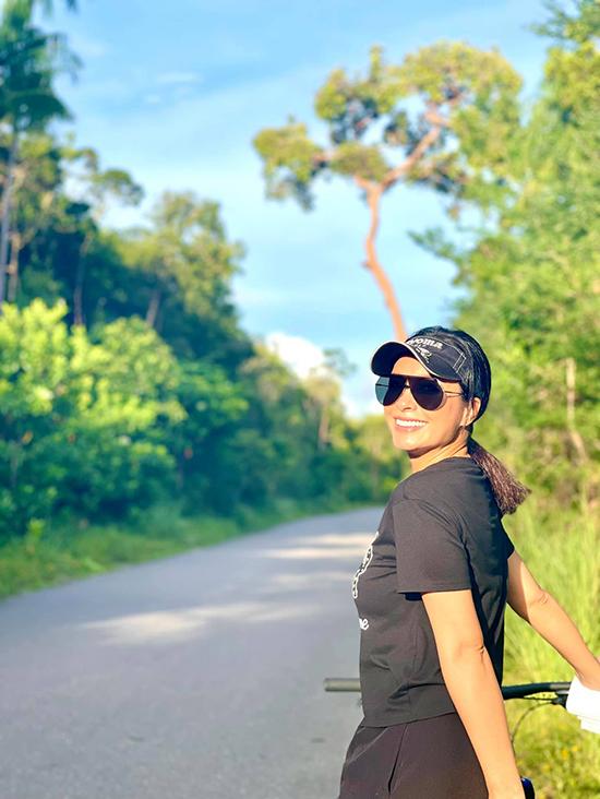 Thuý Hạnh tranh thủ tạo dáng trên đường vắng khi đạp xe. Phú Quốc cũng áp dụng chỉ thị 16 nên mọi hoạt động của gia đình cựu siêu mẫu chỉ giới hạn trong khuôn khổ.
