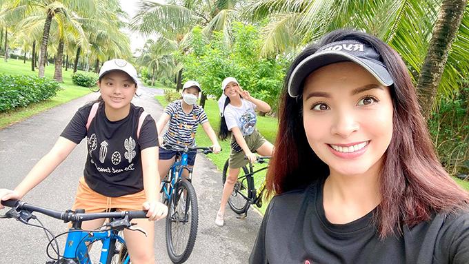 Để cải thiện sức khoẻ trong mùa dịch, Thuý Hằng - Thuý Hạnh động viên cả nhà chăm chỉ tập thể dục ít nhất một tiếng mỗi ngày bằng cách đi bộ, đạp xe...