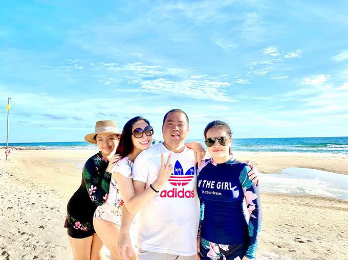 Chiều chiều, gia đình Thuý Hạnh - Minh Khang thường đưa hai con gái đi tắm biển. Họ động viên con đây là kỳ nghỉ hè có một không hai nhưng vẫn lo lắng vì Suli và Suti sắp vào năm học mới trong khi không có sách vở, đồ dùng học tập.