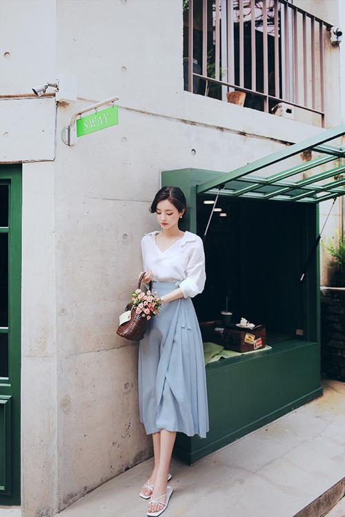 Vẫn là cách phối màu dịu mắt, việc sử dụng váy áo cắt may trên chất liệu chiffon lụa sẽ giúp phái đẹp nhẹ nhõm hơn khi xuống phố.