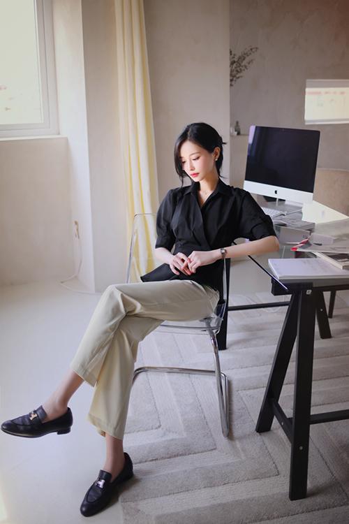 Áo đơn sắc, chiết eo nhẹ nhàng sử dụng cùng quần ống đứng sẽ giúp người mặc hack dáng hiệu quả nhưng vẫn thể hiện rõ nét chỉn chu.