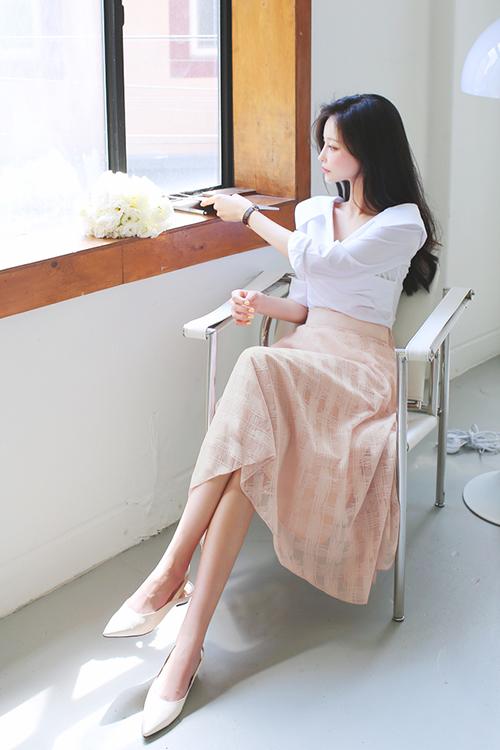 Áo blouse trắng kết hợp cùng chân váy cổ điển hồng pastel mang lại sự nhẹ nhàng, duyên dáng cho phái đẹp công sở.