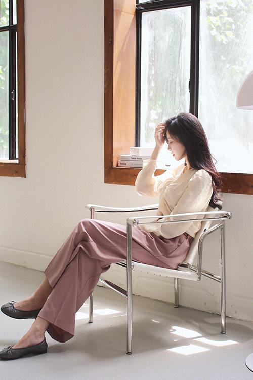Nếu ngại việc mix váy cổ điện sẽ mang tiếng quá điệu đà khi đi làm thì các nàng có thể chọn cách mix áo blouse cùng quần âu.