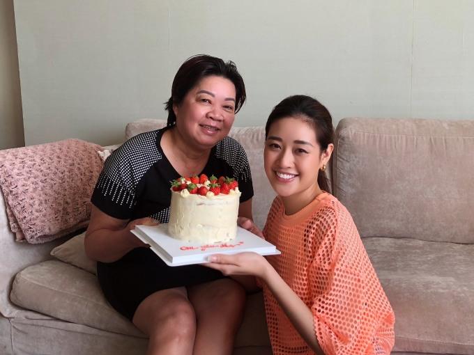 Năm 2020, Khánh Vân còn trổ tài tự làm bánh kem tặng đấng sinh thành. Ý tưởng này xuất hiện lúc cô thấy mẹ cặm cụi trong bếp chuẩn bị bữa ăn sáng. Thương mẹ vất vả, lo nghĩ cho gia đình nên Khánh Vân muốn tặng mẹ chiếc bánh do chính tay mình làm.