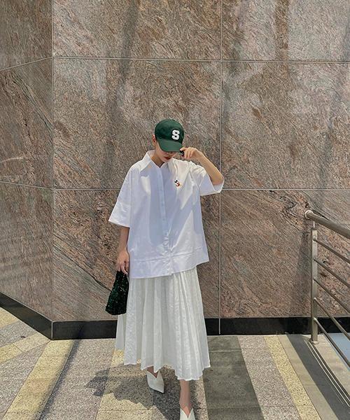 Song song với các mẫu váy liền thân, áo sơ mi dáng rộng, chân váy midi tiệp sắc màu cũng là gợi ý của Yến Nhi - Yến Trang cho mùa này.